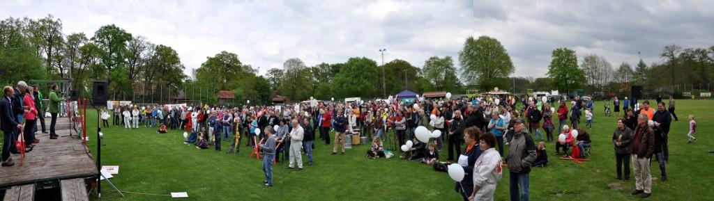 Menschenmenge auf dem Völkersener Sportplatz