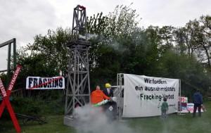 Installation: Landeswirtschaftminister Olaf Lies im Verbund mit der Frack-Industrie am Bohrturm