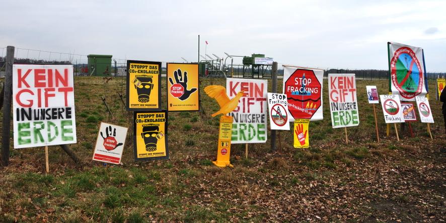 Betriebsplatz Bötersen Z11, im Vordergrund Protestschilder gegen Fracking