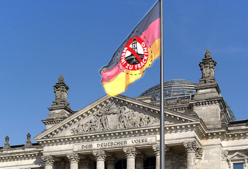 Einheitsflagge mit anti-Fracking-Logo vor dem Bundestag
