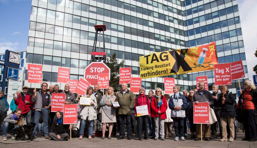 Vor dem ersten Unilever-Gebäude in Hamburg: Anti-Fracking-Aktivisten warnen vor Neu-Beginn des Frackings in Deutschland.