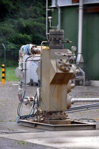 Bohrlochskopf der Verpressbohrung Wittorf Z1 auf nicht-versiegeltem Boden.