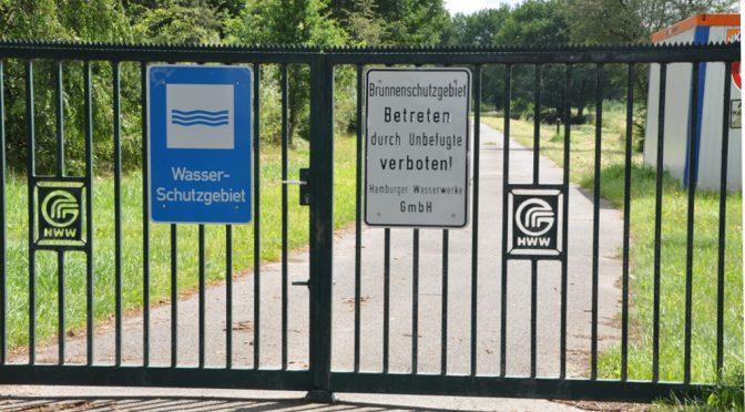 """Tor zur Wasserkunst am Gammer Weg mit HWW-Emblemen und Schildern """"Wasserschutzgebiet"""" und """"Brunnenschutzgebiet"""""""